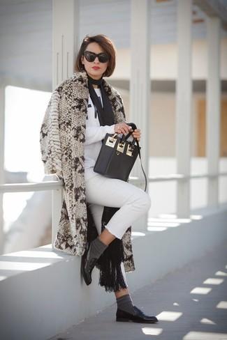 Entscheiden Sie sich für einen klassischen Stil in einem hellbeige pelz und einem schwarzen schal für damen von Minnie Rose. Schwarze leder slipper leihen Originalität zu einem klassischen Look.