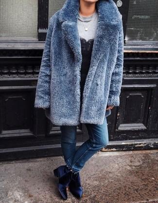 Wie kombinieren: blauer Pelz, graues Sweatshirt, schwarzes Spitze Trägershirt, blaue Jeans