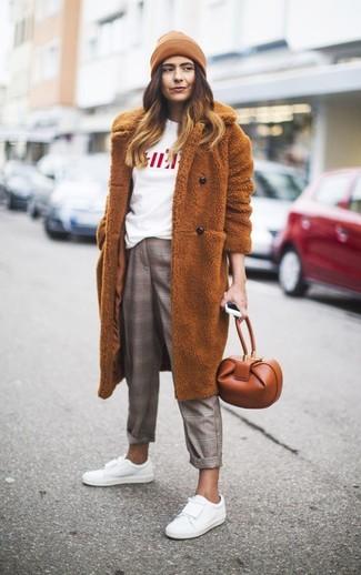 Wie kombinieren: rotbrauner Pelz, weißes und rotes bedrucktes T-Shirt mit einem Rundhalsausschnitt, graue Anzughose mit Schottenmuster, weiße Leder niedrige Sneakers