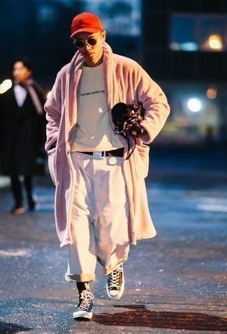 Dunkelbraunen Segeltuchgürtel kombinieren – 48 Herren Outfits: Für ein bequemes Couch-Outfit, kombinieren Sie einen rosa Pelz mit einem dunkelbraunen Segeltuchgürtel. Dieses Outfit passt hervorragend zusammen mit dunkelbraunen hohen Sneakers aus Segeltuch.