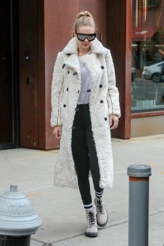 Wie kombinieren: weißer Pelz, weißes T-Shirt mit einem Rundhalsausschnitt, dunkelgraue Wollenge hose, weiße flache Stiefel mit einer Schnürung aus Leder