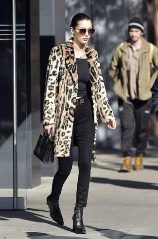 Wie kombinieren: beige Pelz mit Leopardenmuster, schwarzes T-Shirt mit einem Rundhalsausschnitt, schwarze enge Hose, schwarze Schnürstiefeletten aus Leder