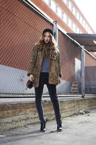 Wie kombinieren: brauner Pelz, graues T-Shirt mit einem Rundhalsausschnitt, dunkelgraue enge Jeans, schwarze Leder Stiefeletten