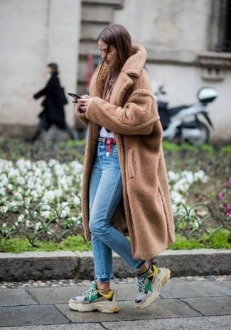 Beige Pelz kombinieren – 86 Damen Outfits: Um ein harmonisches Alltags-Outfit zu erzeugen, probieren Sie diese Kombination aus einem beige Pelz und hellblauen engen Jeans. Fühlen Sie sich ideenreich? Komplettieren Sie Ihr Outfit mit mehrfarbigen Sportschuhen.