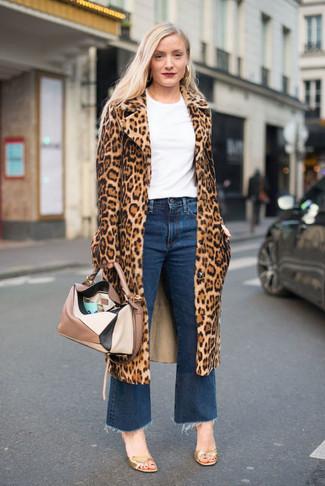Dunkelblauen Hosenrock aus Jeans kombinieren – 7 Smart-Casual Damen Outfits kühl Wetter: Ein beige Pelz mit Leopardenmuster und ein dunkelblauer Hosenrock aus Jeans erzeugen einen Alltags-Look, der aber immer schick bleibt. Goldene Leder Sandaletten sind eine gute Wahl, um dieses Outfit zu vervollständigen.