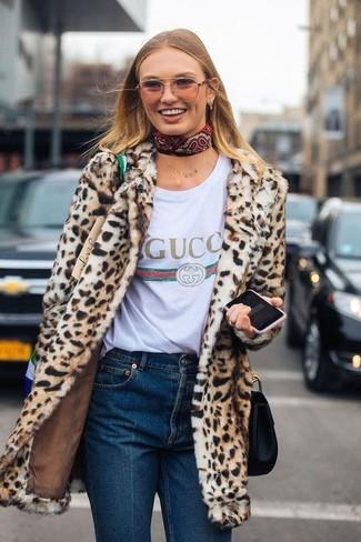 beige Pelz mit Leopardenmuster, weißes bedrucktes T-Shirt mit einem Rundhalsausschnitt, dunkelblaue Jeans, schwarze Leder Umhängetasche für Damen