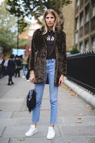 Wie kombinieren: dunkelbrauner Pelz mit Leopardenmuster, dunkelbraunes bedrucktes T-Shirt mit einem Rundhalsausschnitt, blaue Jeans, weiße Leder niedrige Sneakers