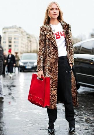 Wie kombinieren: beige Pelz mit Leopardenmuster, weißes und rotes bedrucktes T-Shirt mit einem Rundhalsausschnitt, schwarze Karottenhose, schwarze Leder Pumps