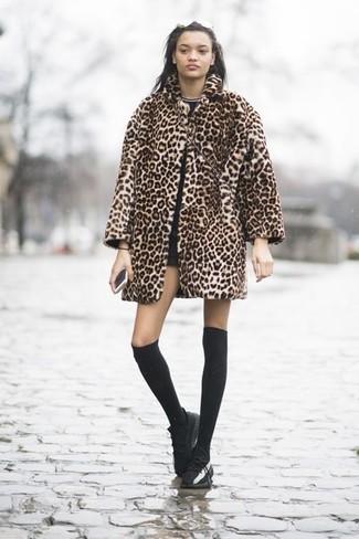 2a3e9d16ec61 Wie kombinieren  beige Pelz mit Leopardenmuster, schwarzes T-Shirt mit  einem Rundhalsausschnitt,