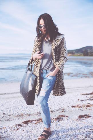 Vereinigen Sie einen hellbeige Pelz mit Leopardenmuster mit blauen Boyfriend Jeans mit Destroyed-Effekten für ein Alltagsoutfit, das Charakter und Persönlichkeit ausstrahlt. Warum kombinieren Sie Ihr Outfit für einen legereren Auftritt nicht mal mit schwarzen Römersandalen aus Leder?
