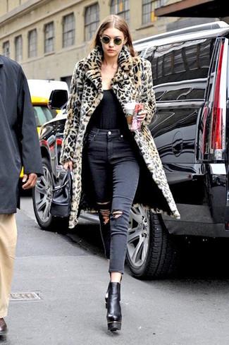 Wie kombinieren: beige Pelz mit Leopardenmuster, schwarzes Trägershirt, schwarze enge Jeans mit Destroyed-Effekten, schwarze klobige Leder Stiefeletten