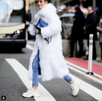 Wie kombinieren: weißer Pelz, blaue enge Jeans, weiße Sportschuhe, blaue Leder Umhängetasche