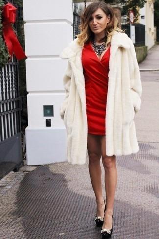 Schwarze Halskette kombinieren – 178 Damen Outfits: Vereinigen Sie einen weißen Pelz mit einer schwarzen Halskette, umeinen frischen Casual-Look zu erzeugen, der in der Garderobe der Frau auf keinen Fall fehlen darf. Komplettieren Sie Ihr Outfit mit schwarzen verzierten Leder Pumps.