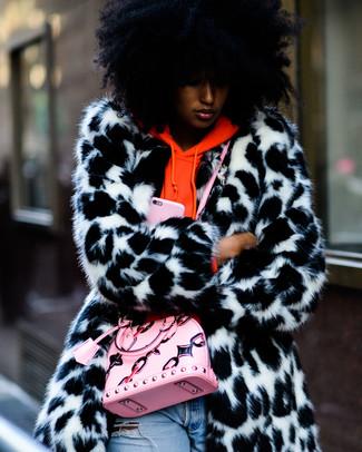 Wie kombinieren: weißer und schwarzer Pelz, orange Pullover mit einer Kapuze, hellblaue Jeans mit Destroyed-Effekten, rosa Leder Umhängetasche