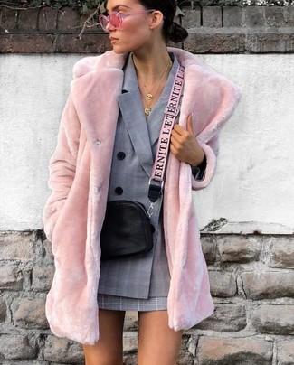 Wie kombinieren: rosa Pelz, graues Zweireiher-Sakko mit Schottenmuster, grauer Minirock mit Schottenmuster, schwarze Leder Umhängetasche