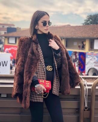 Wie kombinieren: brauner Pelz, rotes Zweireiher-Sakko mit Karomuster, schwarzer Rollkragenpullover, schwarze enge Jeans