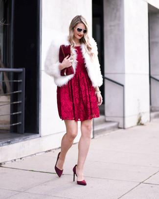 Wie kombinieren: weiße Pelzjacke, rotes ausgestelltes Kleid aus Spitze, dunkelrote Wildleder Pumps, dunkelrote Leder Clutch