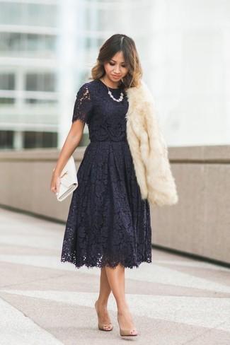 Wie kombinieren: hellbeige Pelzjacke, schwarzes ausgestelltes Kleid aus Spitze, beige Leder Pumps, weiße Leder Clutch