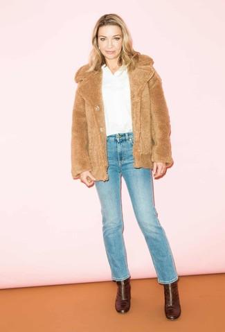 Wie kombinieren: beige Pelzjacke, weiße Langarmbluse, blaue Jeans, dunkelrote Leder Stiefeletten