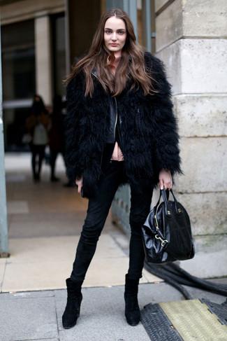 Wie kombinieren: schwarze Pelzjacke, schwarze gesteppte Leder Bikerjacke, rosa Bluse mit Knöpfen, schwarze enge Jeans