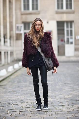 Lila Pelzjacke kombinieren – 7 Damen Outfits: Mit dieser Kombination aus einer lila Pelzjacke und schwarzen Lederleggings werden Sie die ideale Balance zwischen einem Alltags-Look und modischem Charme treffen. Fühlen Sie sich mutig? Vervollständigen Sie Ihr Outfit mit schwarzen hohen Sneakers aus Leder.