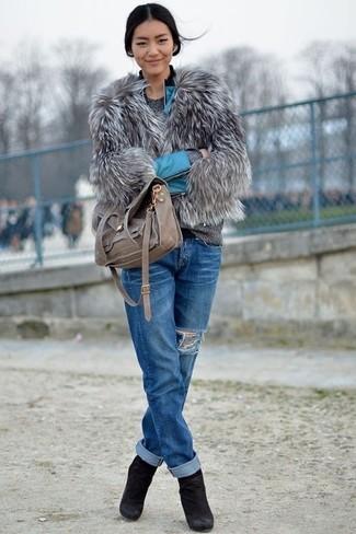 Grauen Pullover mit einem Rundhalsausschnitt kombinieren – 499 Damen Outfits: Probieren Sie diese Kombi aus einem grauen Pullover mit einem Rundhalsausschnitt und blauen Boyfriend Jeans mit Destroyed-Effekten für ein entspanntes Outfit, das, Charme und Persönlichkeit vermittelt. Schwarze Wildleder Stiefeletten sind eine großartige Wahl, um dieses Outfit zu vervollständigen.