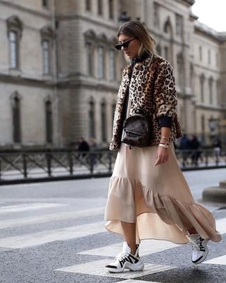Wie kombinieren: braune Pelzjacke mit Leopardenmuster, hellbeige Maxikleid mit Rüschen, weiße und schwarze Sportschuhe, dunkelbrauner Leder Rucksack