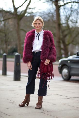 Dunkelblauen Hosenrock aus Jeans kombinieren: trends 2020: Vereinigen Sie eine lila Pelzjacke mit einem dunkelblauen Hosenrock aus Jeans, um ein lässiges Outfit zu erhalten. Braune Leder Stiefeletten fügen sich nahtlos in einer Vielzahl von Outfits ein.