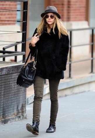Wie kombinieren: schwarze Pelzjacke, olivgrüne enge Jeans, schwarze Chelsea-Stiefel aus Leder, schwarze Satchel-Tasche aus Leder