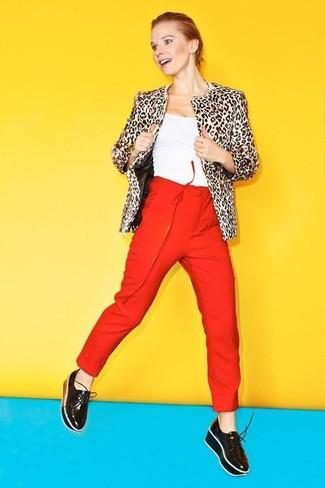 Wie kombinieren: hellbeige Pelzjacke mit Leopardenmuster, weißes Trägershirt, rote Karottenhose, schwarze Leder plateau Slippers