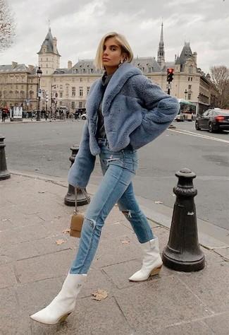 Damen Outfits & Modetrends 2020 für kühl Wetter: Möchten Sie einen modernen, lässigen Look erhalten, ist diese Kombination aus einer hellblauen Pelzjacke und hellblauen Jeans mit Destroyed-Effekten ganz super. Suchen Sie nach leichtem Schuhwerk? Wählen Sie weißen Cowboystiefel aus Leder für den Tag.