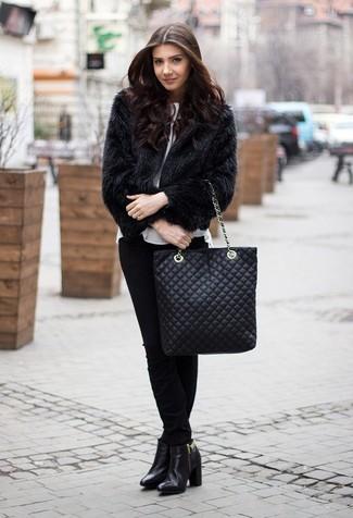 Pelzjacke kombinieren: trends 2020: Wenn Sie einen modernen, legeren Look schaffen möchten, bleiben eine Pelzjacke und eine schwarze enge Hose ein zeitloser Klassiker. Komplettieren Sie Ihr Outfit mit schwarzen Leder Stiefeletten.