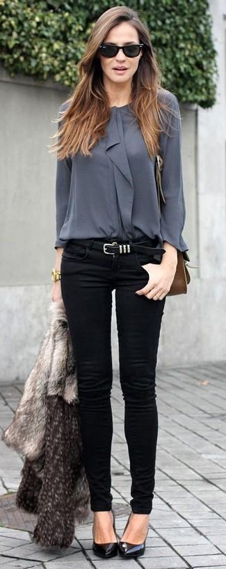 Die Paarung aus einer grauen Pelzjacke und schwarzen engen Jeans ist eine komfortable Wahl, um Besorgungen in der Stadt zu erledigen. Ergänzen Sie Ihr Look mit schwarzen Leder Pumps.
