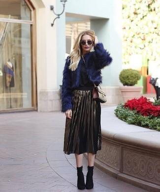 Wie kombinieren: dunkelblaue Pelzjacke, schwarze Langarmbluse, goldener Falten Midirock, schwarze elastische Stiefeletten