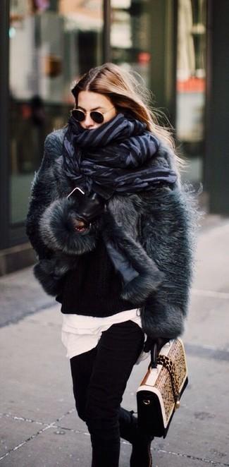 Wie kombinieren: dunkelgraue Pelzjacke, schwarzer Strick Oversize Pullover, weißes T-Shirt mit einem Rundhalsausschnitt, schwarze enge Jeans