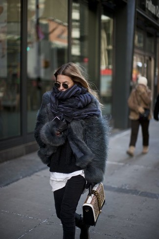 Schwarze Chelsea Boots aus Wildleder kombinieren – 25 Damen Outfits: Um einen auffälligen Freizeit-Look zu zaubern, wahlen Sie eine dunkelgraue Pelzjacke und schwarzen enge Jeans. Wenn Sie nicht durch und durch formal auftreten möchten, komplettieren Sie Ihr Outfit mit schwarzen Chelsea Boots aus Wildleder.