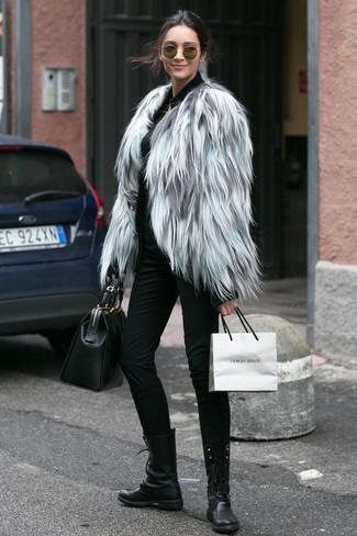 Wie kombinieren: graue Pelzjacke, schwarzer Pullover mit einem Reißverschluß, schwarze enge Hose, schwarze flache Stiefel mit einer Schnürung aus Leder