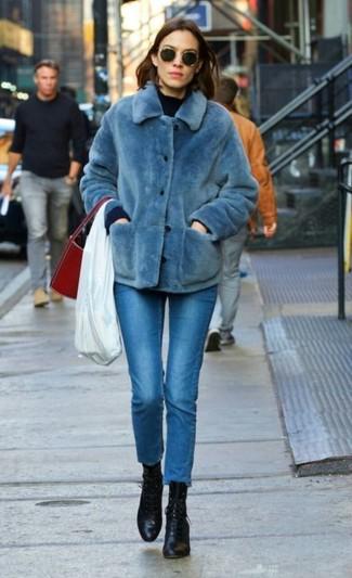Wie kombinieren: blaue Pelzjacke, dunkelblauer Pullover mit einem Rundhalsausschnitt, blaue enge Jeans, schwarze Schnürstiefeletten aus Leder