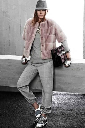 Wie kombinieren: rosa Pelzjacke, grauer Pullover mit einem Rundhalsausschnitt, graue Karottenhose, graue Leder niedrige Sneakers