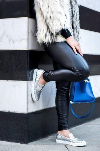 Wie kombinieren: weiße Pelzjacke, schwarzer Pullover mit einem Rundhalsausschnitt, schwarze Lederleggings, silberne Paillette Slipper