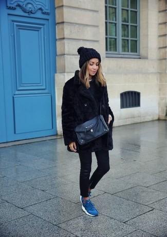 Wie kombinieren: schwarze Pelzjacke, schwarzer Pullover mit einem Rundhalsausschnitt, weißes T-Shirt mit einem Rundhalsausschnitt, schwarze Leder enge Jeans