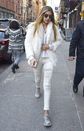 Wie kombinieren: weiße Pelzjacke, weißer Pullover mit einem V-Ausschnitt, weiße enge Jeans mit Destroyed-Effekten, silberne Sportschuhe