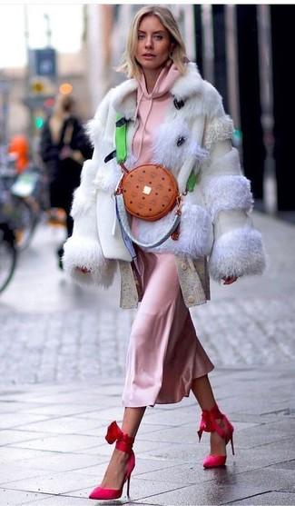 Wie kombinieren: hellbeige Pelzjacke, rosa Pullover mit einer Kapuze, hellbeige lange Strickjacke, rosa Camisole-Kleid aus Seide