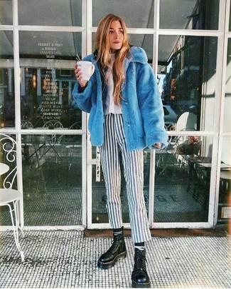 Schwarzen Pullover mit einer Kapuze kombinieren: Casual-Outfits: trends 2020: Kombinieren Sie einen schwarzen Pullover mit einer Kapuze mit einer weißen und schwarzen vertikal gestreiften enger Hose für ein super lässiges City-Outfit, das, Coolness und Charakter vermittelt. Schwarze klobige flache Stiefel mit einer Schnürung aus Leder sind eine perfekte Wahl, um dieses Outfit zu vervollständigen.