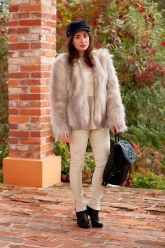 Paaren Sie eine graue Pelzjacke mit einer weißen enger Hose aus Leder für Drinks nach der Arbeit. Schwarze Leder Stiefeletten sind eine großartige Wahl, um dieses Outfit zu vervollständigen.
