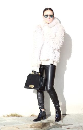 Wie kombinieren: weiße Pelzjacke, weißer Wollrollkragenpullover, schwarze enge Hose aus Leder, schwarze Chelsea-Stiefel aus Leder