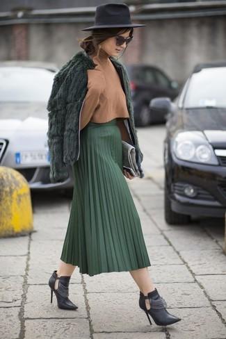 Wie kombinieren: dunkelgrüne Pelzjacke, beige Rollkragenpullover, dunkelgrüner Falten Midirock, schwarze Leder Stiefeletten mit Ausschnitten