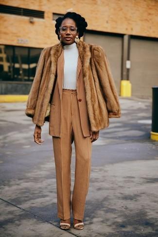 Beige Sakko kombinieren – 9 Elegante Damen Outfits: Probieren Sie die Kombi aus einem beige Sakko und einer beige vertikal gestreiften weiter Hose, um eine gemütliche Stimmung zu kreieren. Ergänzen Sie Ihr Look mit hellbeige Leder Sandaletten.