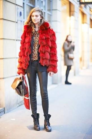 Wie kombinieren: rote Pelzjacke, dunkelgraues Sakko, dunkelrotes T-Shirt mit einem Rundhalsausschnitt mit Blumenmuster, schwarze Leder enge Jeans
