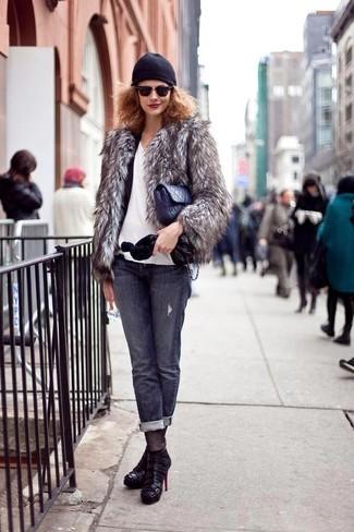 Wie kombinieren: graue Pelzjacke, schwarzes Sakko, weißes T-Shirt mit einem V-Ausschnitt, dunkelgraue Jeans